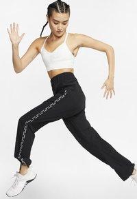 Nike Performance - INDY SEAMLESS BRA - Brassières de sport à maintien léger - summit white/platinum tint - 1