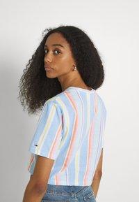 Tommy Jeans - STRIPE CROP TEE - Print T-shirt - light powdery blue - 2
