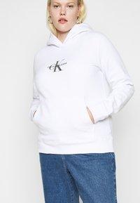 Calvin Klein Jeans Plus - GLITTER MONOGRAM HOODIE - Sweatshirt - white - 4