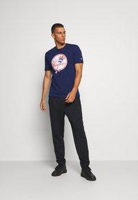 Fanatics - MLB NEW YORK YANKEES ICONIC PRIMARY LOGO GRAPHIC  - T-shirt z nadrukiem - navy - 1