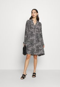 Vero Moda - VMCAITLYNN SHORT DRESS - Blousejurk - black/caitlynn/snow white - 1