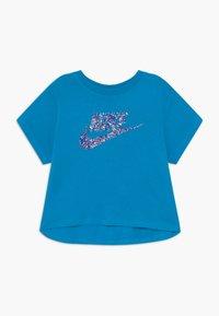 Nike Sportswear - CROP FUTURA - Camiseta estampada - laser blue - 0