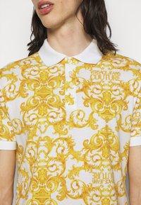 Versace Jeans Couture - PRINT LOGO BAROQUE  - Polo shirt - white - 4