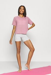 Puma - STUDIO RELAXED TEE - Camiseta de deporte - foxglove heather - 1