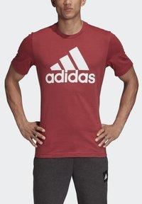 adidas Performance - MUST HAVES BADGE OF SPORT T-SHIRT - Camiseta estampada - red - 4