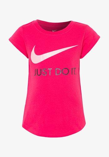 TEE - T-shirt z nadrukiem - dark hyper pink