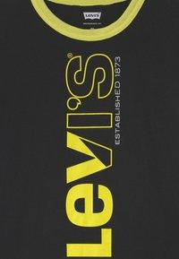 Levi's® - TWO TONE UNISEX - Print T-shirt - black - 2