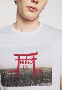 HUGO - DICHIBAN  - Print T-shirt - white - 5