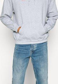 Mennace - PRIDE RAINBOW BLOCK LOGO HOODIE UNISEX  - Zip-up hoodie - grey - 5