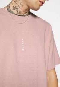 Topman - VERT LONDON TEE - Print T-shirt - pink - 5