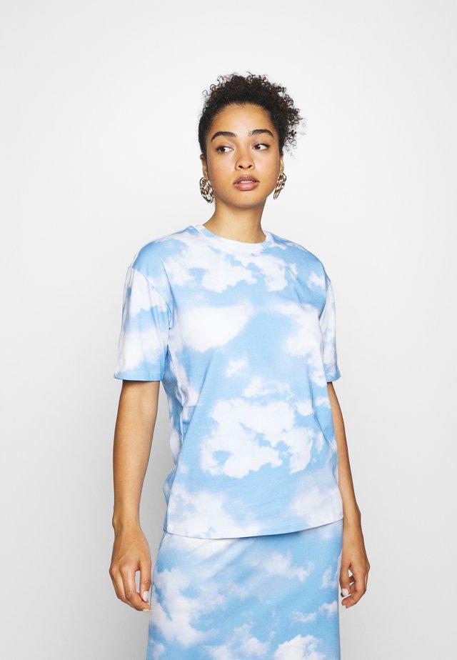 EMILIE MALOU SKY OVERSIZED - T-shirt print - light blue