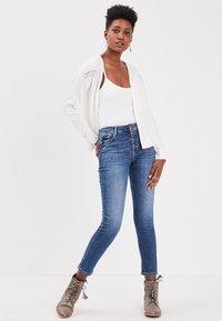 BONOBO Jeans - MIT KNÖPFEN - Slim fit jeans - stone blue denim - 1