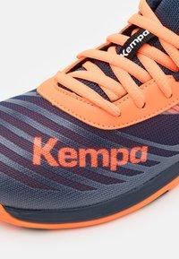 Kempa - WING 2.0 JUNIOR UNISEX - Handbalschoenen - navy/fluo orange - 5