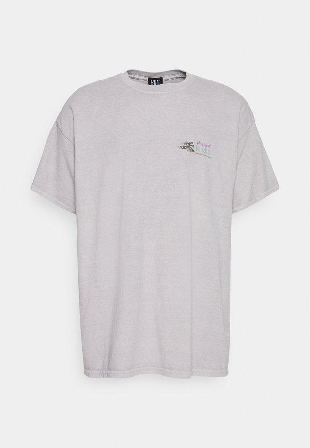 HIGHEST HEIGHTS TEE UNISEX - Camiseta estampada - stone