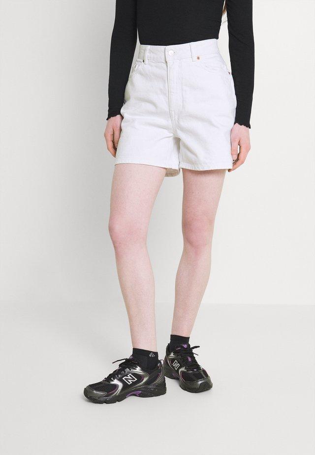 ONLBAY LIFE MOM - Jeans Short / cowboy shorts - white