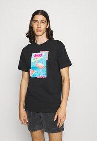 Nike Sportswear - M NSW BEACH FLAMINGO - T-shirts print - black - 0