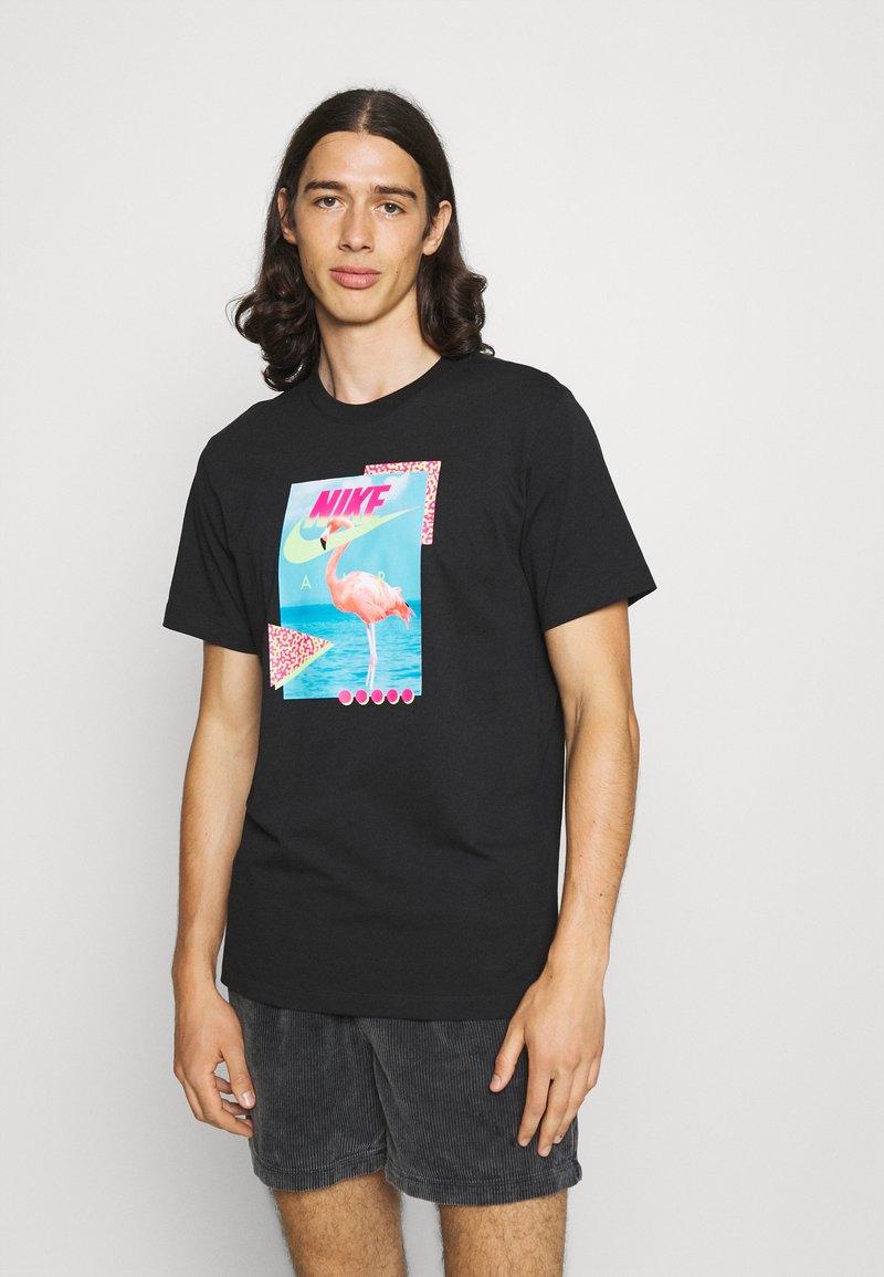 Nike Sportswear - M NSW BEACH FLAMINGO - T-shirts print - black