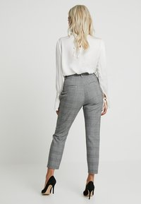 Vero Moda Petite - PAPER BAG CHECK PANT - Trousers - grey/white