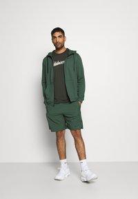 Nike Performance - Pantalón corto de deporte - galactic jade/black - 1