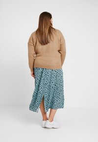 Simply Be - ELEVATED ESSENTIALS HIGH NECK JUMPER - Neule - camel/ivory - 2