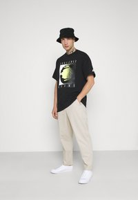 Nike Sportswear - TEE REISSUE COURT LOGO - Print T-shirt - black - 1