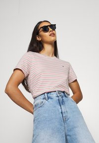 Tommy Jeans - ESSENTIAL STRIPE TEE - Print T-shirt - soft beige/multi - 3