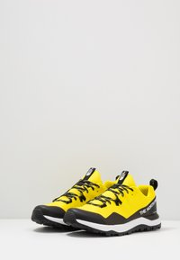 The North Face - M ACTIVIST FUTURELIGHT - Obuwie hikingowe - lemon/black - 2