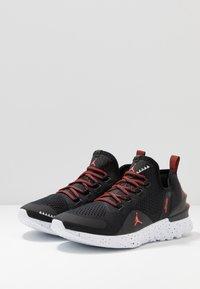 Jordan - REACT ASSASSIN - Basketbalové boty - black/bright crimson/white - 2