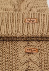 Barbour - CABLE BEANIE SCARF SET - Scarf - camel - 6