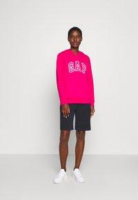 GAP - Bluza z kapturem - lipstick pink - 1