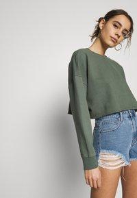 Abrand Jeans - A CROPPED OVERSIZED SWEATER - Sweatshirt - gumnut - 3