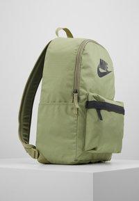 Nike Sportswear - HERITAGE - Reppu - dusty olive/dark smoke grey - 4