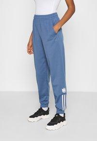 adidas Originals - TRACKPANT - Träningsbyxor - crew blue - 0