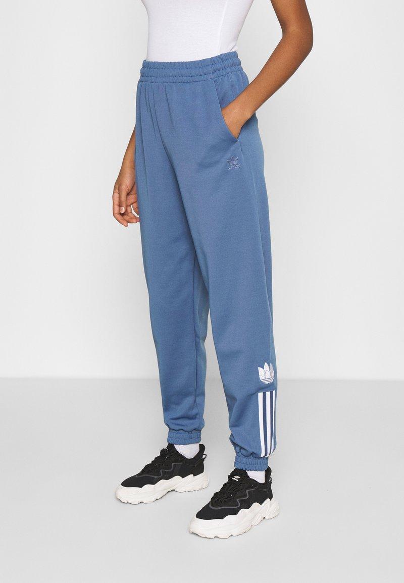 adidas Originals - TRACKPANT - Träningsbyxor - crew blue