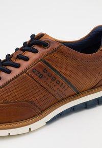 Bugatti - SANDMAN - Sznurowane obuwie sportowe - cognac - 5