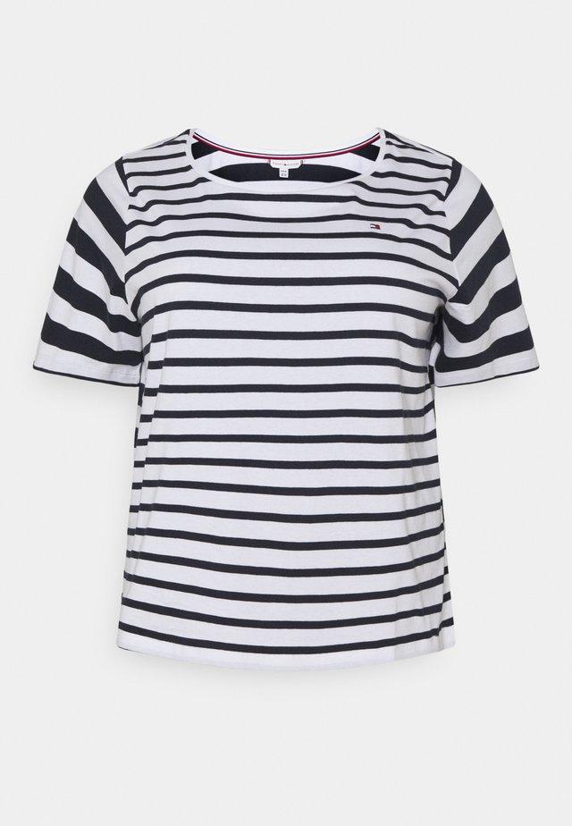 CANDICE  - T-shirts med print - breton white/desert sky