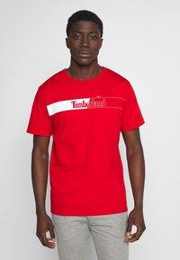 Timberland - KENNEBEC RIVER HORIZONTAL GRAPHIC TEE - T-shirt med print - barbados cherry - 0