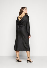 Glamorous Curve - MIDAXI DRESS WITH LONG SLEEVES COWL NECK FRONT AND BACK TIE - Cocktailkjole - black - 2