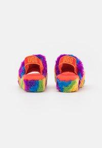 UGG - FLUFF YEAH SLIDE CALI COLLAGE - Domácí obuv - rainbow - 2