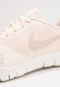 Nike Performance - WMNS NIKE FLEX ESSENTIAL TR - Sportovní boty - guava ice/particle beige/sail - 5