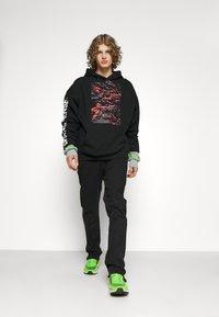 Pegador - BAYAMO DISTRESSED ANKLE - Straight leg jeans - black - 4