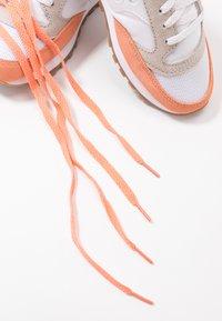 Saucony - JAZZ VINTAGE - Sneakers - white/cantaloupe - 6
