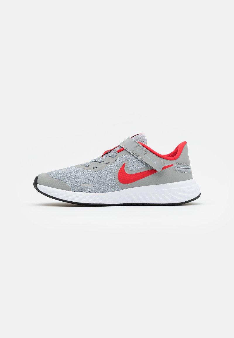 Nike Performance - REVOLUTION 5 FLYEASE - Zapatillas de running neutras - light smoke grey/university red/photon dust