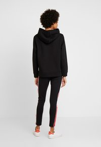 Tommy Hilfiger - HOODIE - Jersey con capucha - black - 2