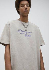 PULL&BEAR - T-shirt med print - mottled beige - 3