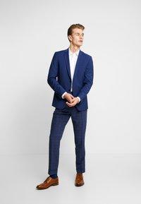 Tommy Hilfiger Tailored - SLIM FIT PLEATED FLEX PANT - Kalhoty - blue - 1