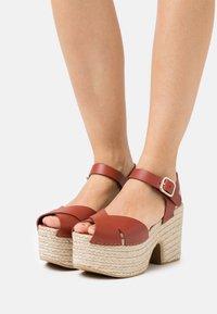 Claudie Pierlot - AMELIE - Sandály na platformě - cerise - 0