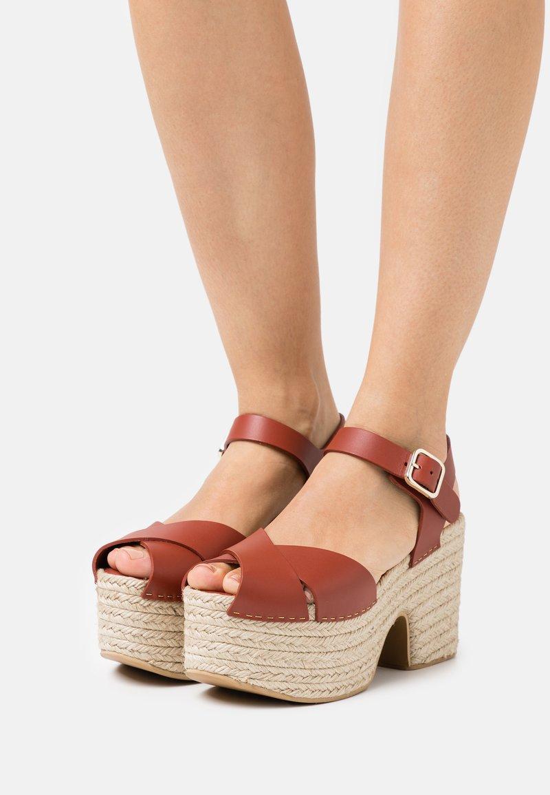 Claudie Pierlot - AMELIE - Sandály na platformě - cerise