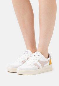 Gola - GRANDSLAM TRIDENT - Sneakersy niskie - white/blossom - 0