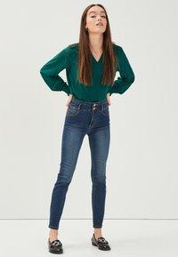 Cache Cache - MIT HOHER TAILLE - Slim fit jeans - denim stone - 1
